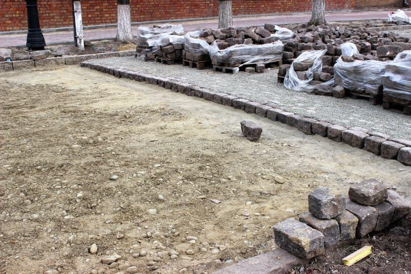 Proces zamieniać starych bicentennial brukowych kamienie z nowożytnymi płytkami zdjęcie royalty free