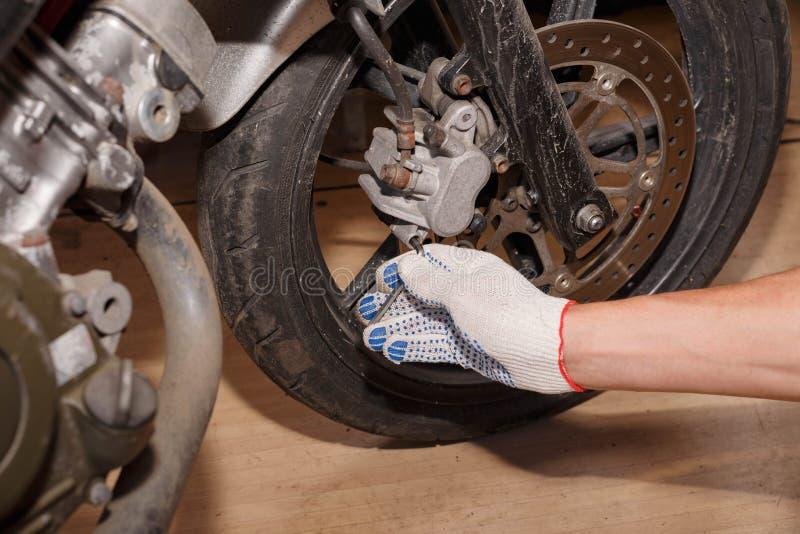 Proces zamieniać hamulcowych ochraniaczów na motocyklu zdjęcie stock