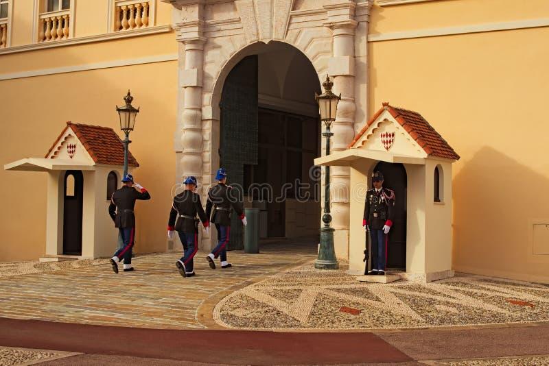 Proces zmieniać strażnika przy wejściem książe pałac Monaco Grodowi Strażowi mężczyźni, żołnierz na sentry obowiązku zdjęcie royalty free