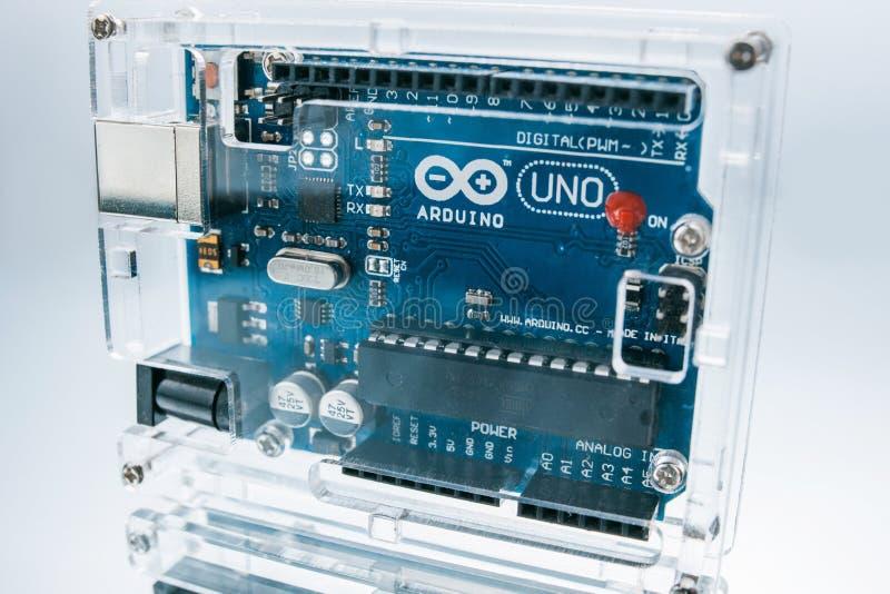 Procesador de la tabla de cortar el pan de Arduino Uno del microcontrolador imagenes de archivo
