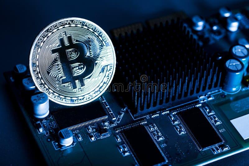 Procesador eléctrico del ordenador de placa de circuito del bitcoin de la moneda de oro fotografía de archivo