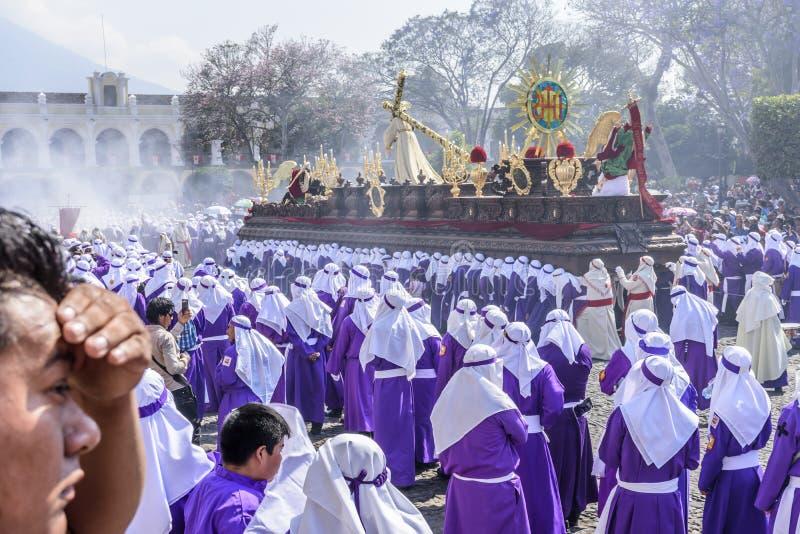 Procesión de Domingo de Ramos delante de la catedral, Antigua, Guatemala fotos de archivo