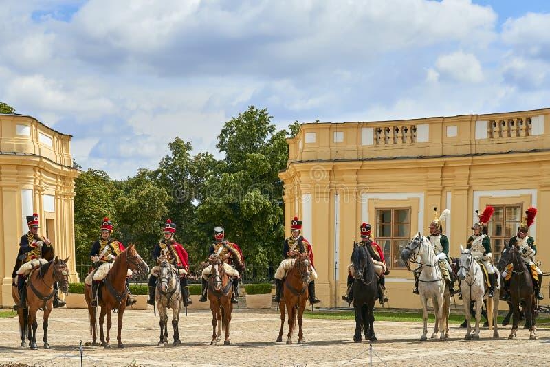 Procesión de jinetes en uniforme histórico a partir del período de Napoleon Bonaparte en la gran corte del castillo de Slavkov-Au fotos de archivo