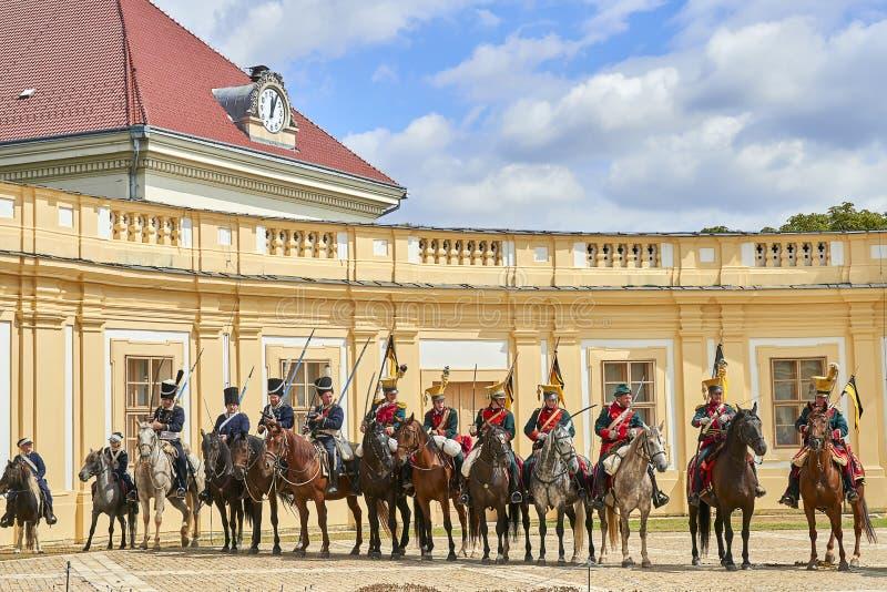 Procesión de jinetes en uniforme histórico a partir del período de Napoleon Bonaparte en la gran corte del castillo de Slavkov-Au fotografía de archivo libre de regalías