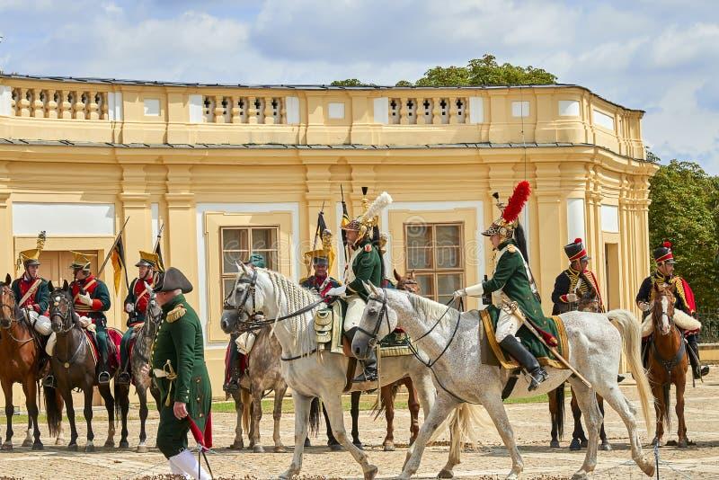 Procesión de jinetes en uniforme histórico a partir del período de Napoleon Bonaparte en la gran corte del castillo de Slavkov-Au imagen de archivo libre de regalías