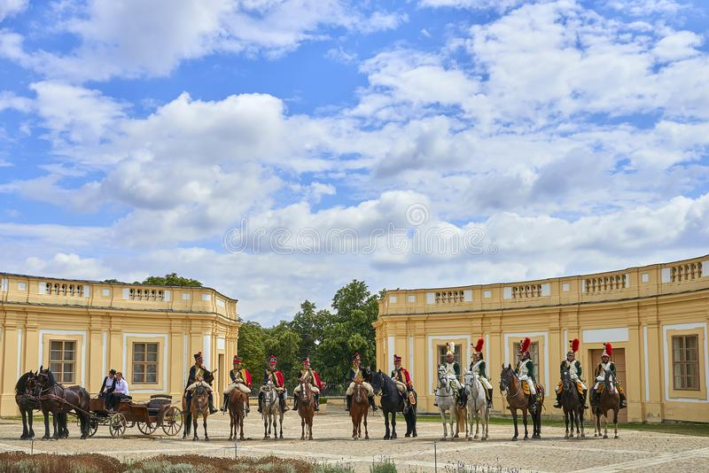 Procesión de jinetes en uniforme histórico a partir del período de Napoleon Bonaparte en la gran corte del castillo de Slavkov-Au imagenes de archivo