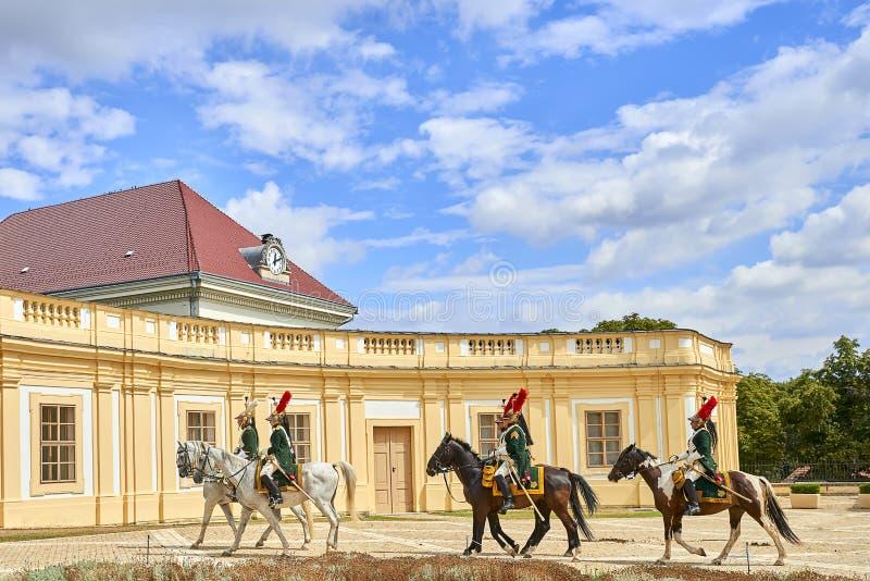 Procesión de jinetes en uniforme histórico a partir del período de Napoleon Bonaparte en la gran corte del castillo de Slavkov-Au fotos de archivo libres de regalías