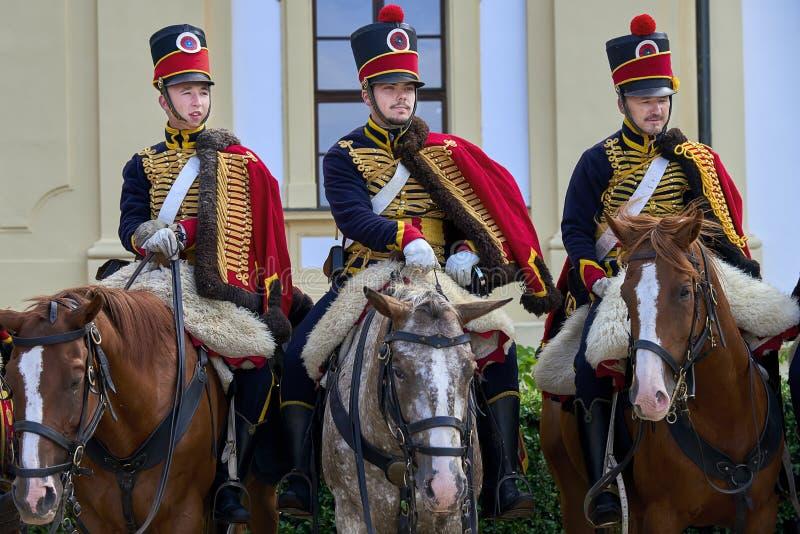 Procesión de jinetes en uniforme histórico a partir del período de Napoleon Bonaparte en la gran corte del castillo de Slavkov-Au imagen de archivo