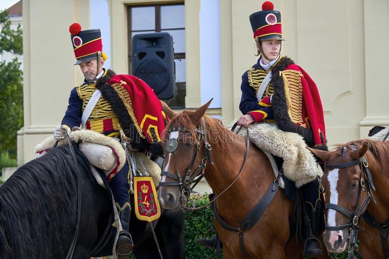 Procesión de jinetes en uniforme histórico a partir del período de Napoleon Bonaparte en la gran corte del castillo de Slavkov-Au foto de archivo