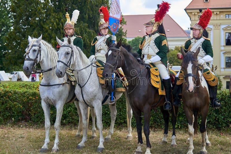 Procesión de jinetes en uniforme histórico a partir del período de Napoleon Bonaparte en la gran corte del castillo de Slavkov-Au foto de archivo libre de regalías