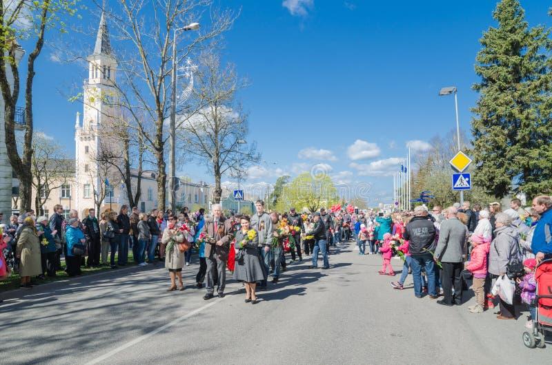 Procesión de veteranos y del regimiento inmortal de la acción del uchastnokov ' '9 de mayo de 2015 Sillamae, Estonia imagen de archivo libre de regalías