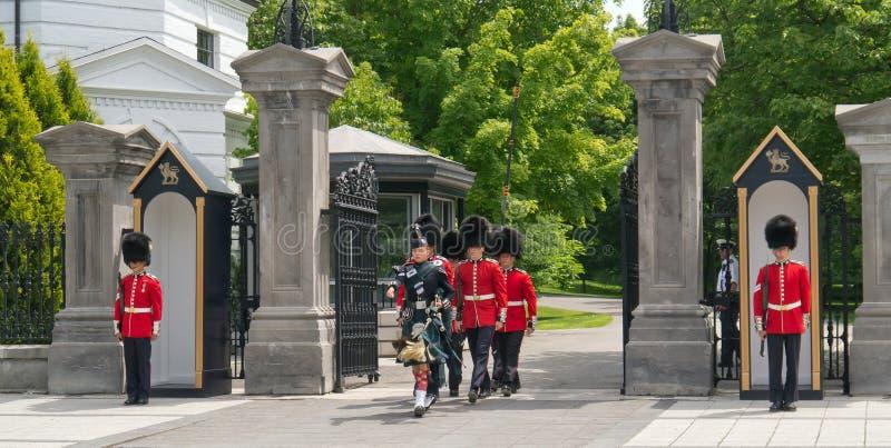 Procesión en el cambio del Rideau Hall de los protectores imagenes de archivo