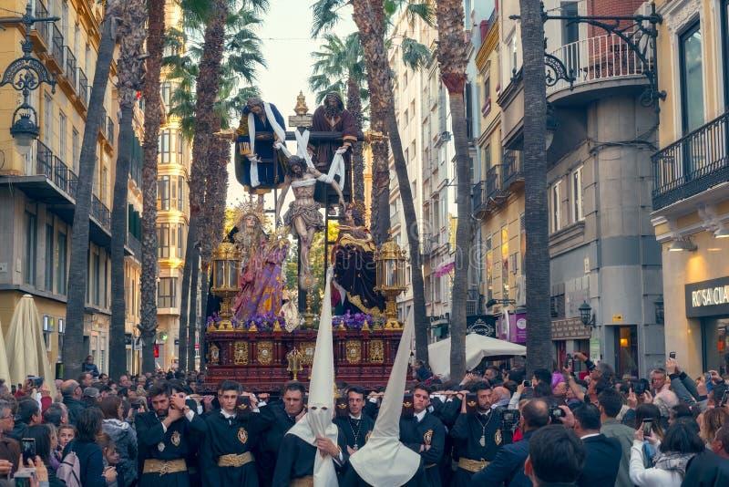 Procesión religiosa católica en la semana santa en una ciudad española fotos de archivo