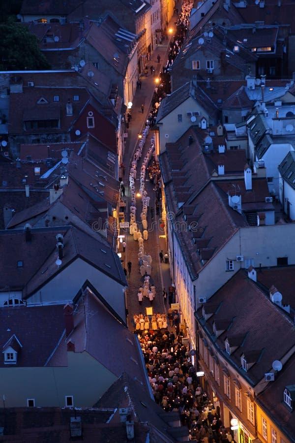 Procesión a través de las calles de la ciudad por un día nuestra señora del vrata de Kamenita, patrona de Zagreb imagenes de archivo