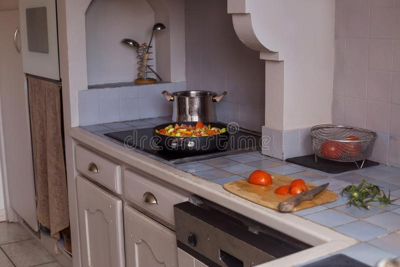 Proceso cortado de las verduras que cocina para la pimienta y los tomates amarillos del diseño de concepto imágenes de archivo libres de regalías