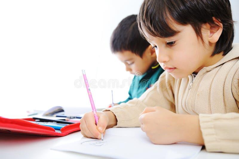 Proceso de aprendizaje, niños lindos imagen de archivo libre de regalías
