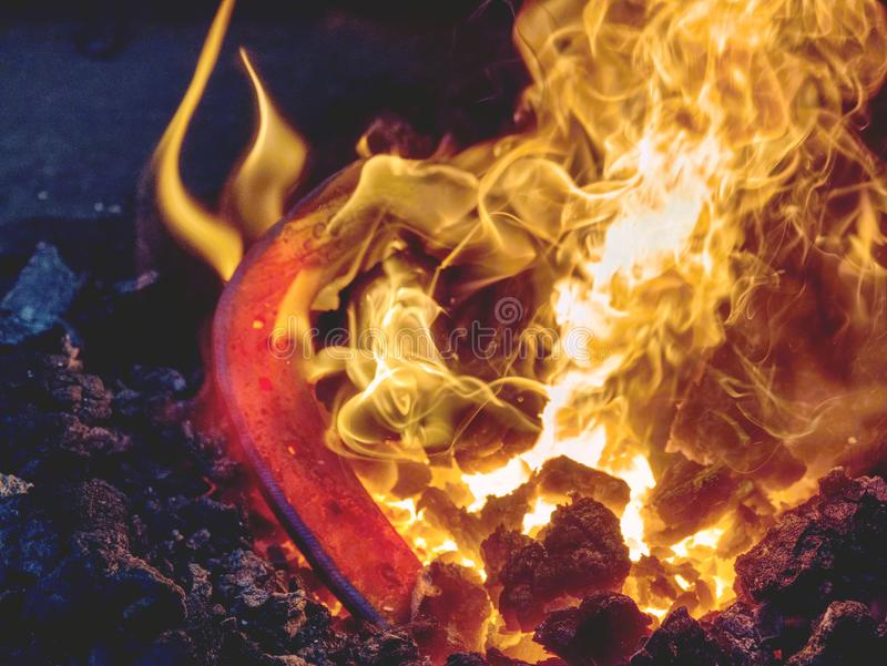 Proceso de calefacci?n de la barra de metal en los carbones calientes fotos de archivo libres de regalías