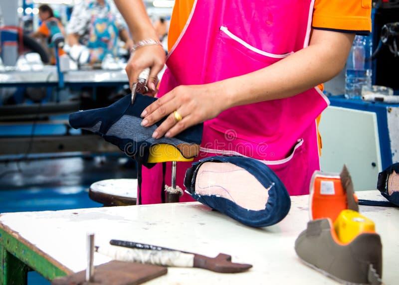 Proceso de fabricación del zapato en cadena de producción del calzado imagen de archivo