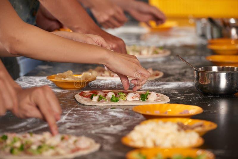 Proceso de fabricación de la pizza fotografía de archivo