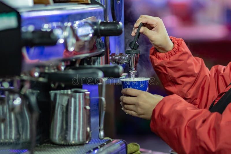 Proceso de hacer el café en el festival de la comida de la calle Gastronom?a de cocinar al aire libre del servicio y concepto de  fotos de archivo libres de regalías