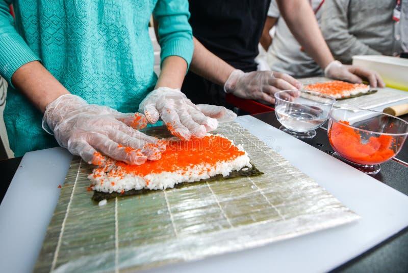 Proceso de hacer el sushi fotos de archivo libres de regalías