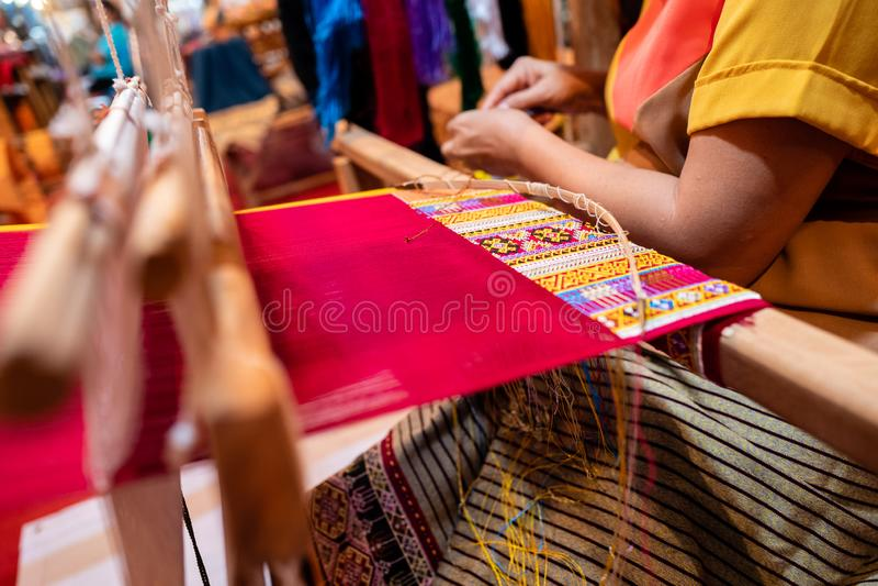 Proceso de hacer la seda hecha a mano con estilo gráfico tradicional foto de archivo