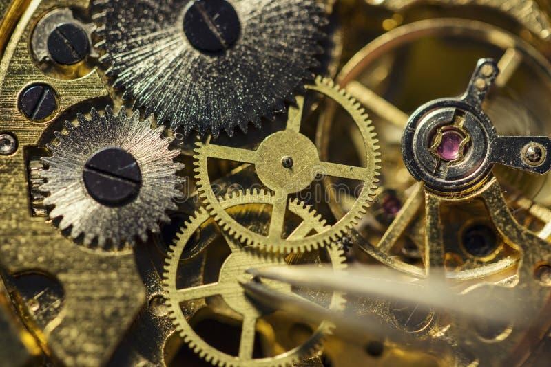 Proceso de instalar una pieza en un reloj mecánico, reparación del reloj foto de archivo