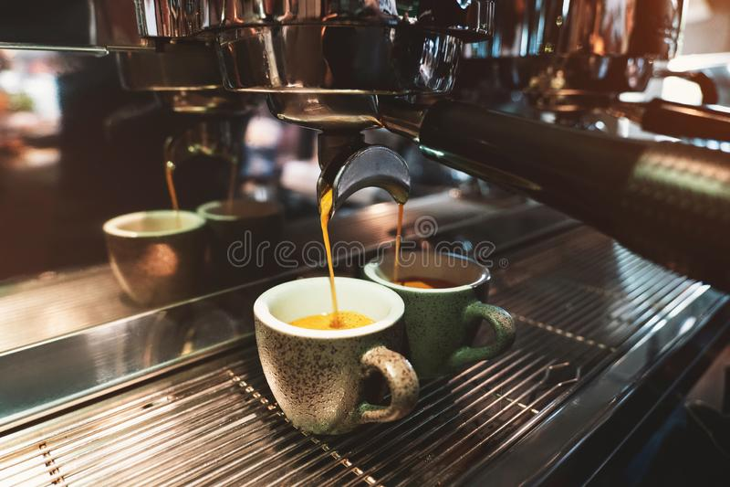 Proceso de la bebida del café que hace usando la máquina profesional del café imagen de archivo libre de regalías