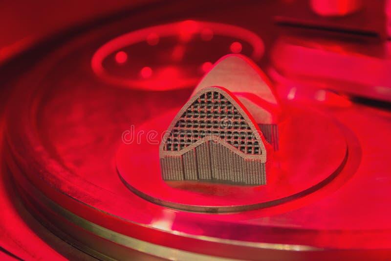 Proceso de la producción de un objeto por un método de la prensa del polvo de metal en la impresora 3D imagen de archivo