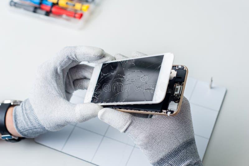Proceso de la reparación del teléfono móvil, cambiando la pantalla imágenes de archivo libres de regalías