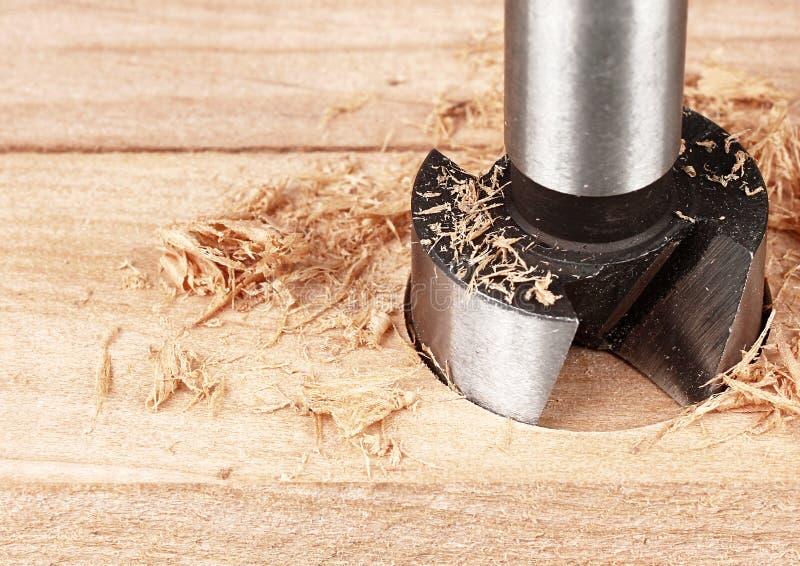 Proceso de madera, perforación del taladro, cierre para arriba imagen de archivo libre de regalías