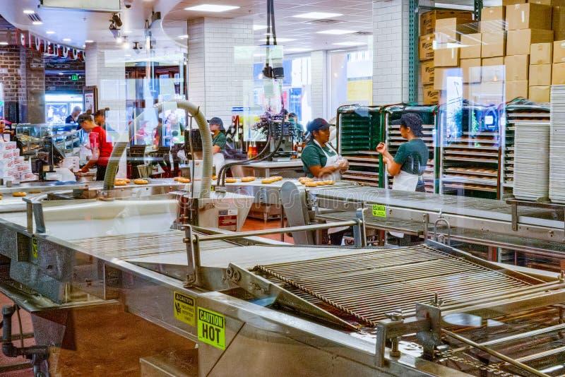 Proceso de producción de anillos de espuma en uno de los cafés americanos imagenes de archivo