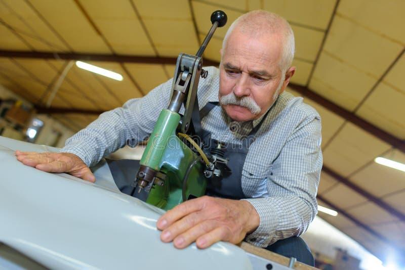 Proceso de producción del zapato en fábrica imagen de archivo