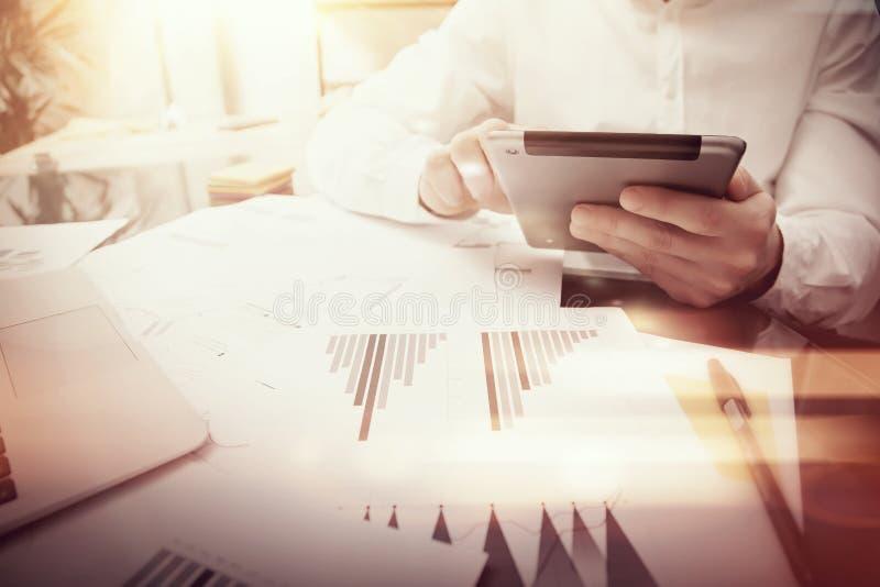 Proceso de trabajo del encargado del banquero Tableta moderna del informe de mercado del trabajo del comerciante de la foto Usand fotografía de archivo libre de regalías
