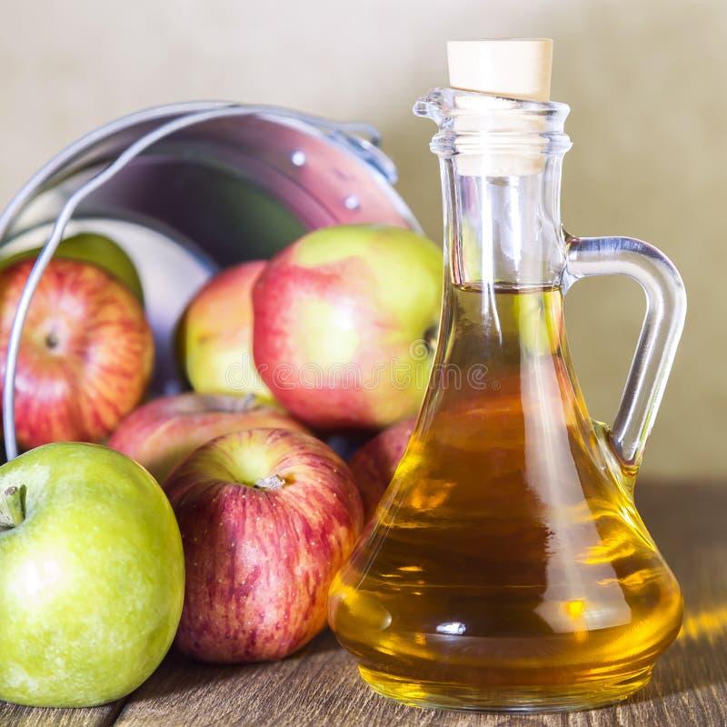 Proceso de una cosecha agrícola de manzanas rojas y verdes Enlatado casero, comida vegetariana de la dieta sana Vinagre de sidra  foto de archivo