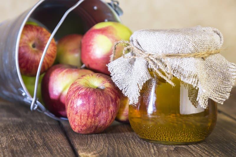 Proceso de una cosecha agrícola de manzanas rojas y verdes Enlatado casero, comida vegetariana de la dieta sana Vinagre de sidra  foto de archivo libre de regalías