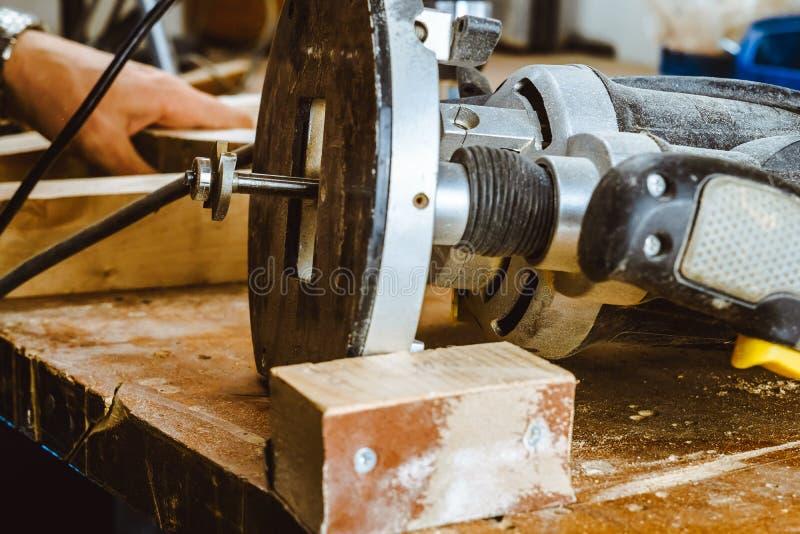 Proceso de una pieza de los muebles por una máquina para pulir un árbol la máquina de pulir en un tablero, foco selectivo fotografía de archivo