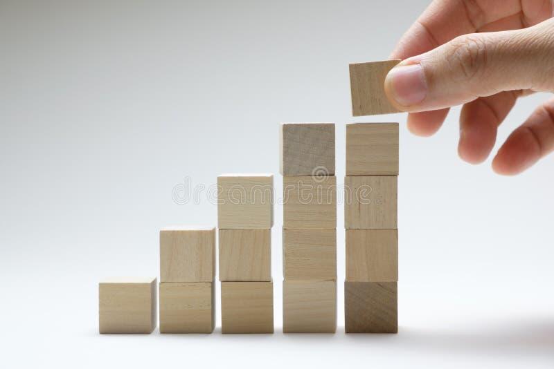 Proceso del éxito del crecimiento del concepto del negocio usando los cubos de madera que apilan para arriba foto de archivo libre de regalías