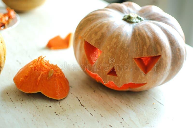 Proceso del corte de la calabaza de Halloween, proceso de hacer la Jack-o-linterna Manos masculinas con el cuchillo foto de archivo