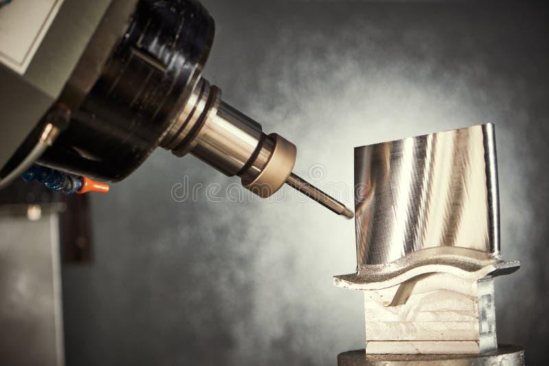 Proceso del corte que muele Trabajo de metalistería del CNC que trabaja a máquina por el cortador del molino imagen de archivo libre de regalías