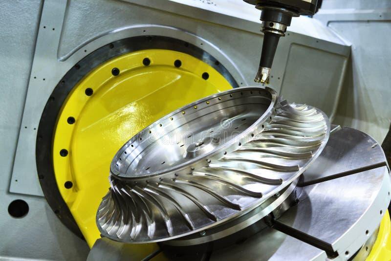 Proceso del corte que muele Trabajo de metalistería del CNC que trabaja a máquina por el cortador del molino imagenes de archivo