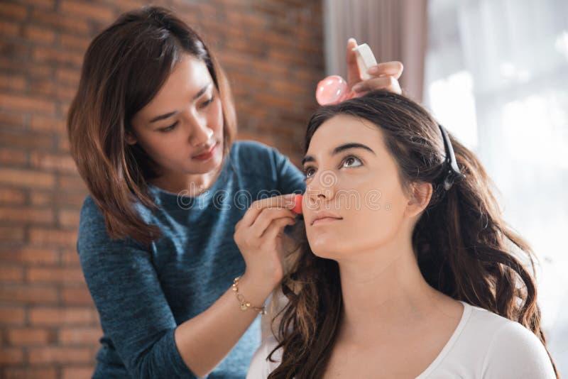 Proceso del maquillaje para la mujer hermosa fotos de archivo libres de regalías