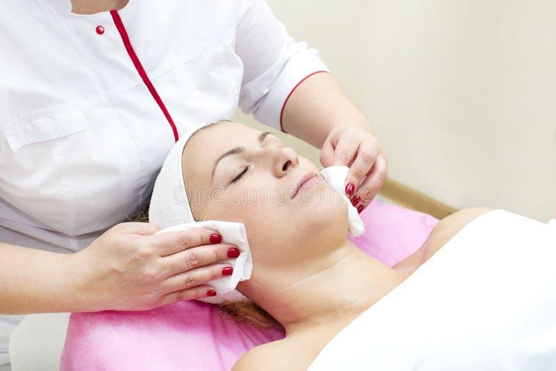 Proceso del masaje y de facials fotos de archivo libres de regalías