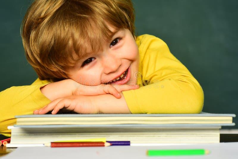 Proceso educativo preschooler El ense?ar casero Alumno de la escuela o de la universidad que muestra a padres una prueba con el b foto de archivo