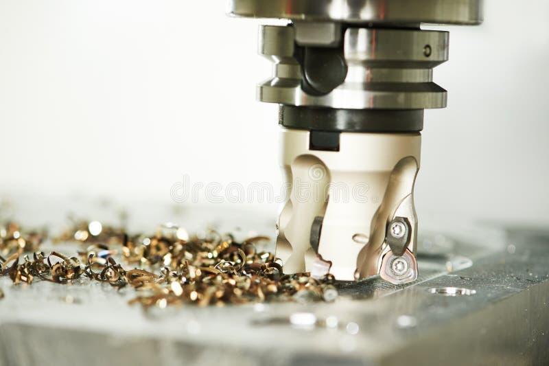 Proceso metalúrgico industrial del corte por la fresa foto de archivo