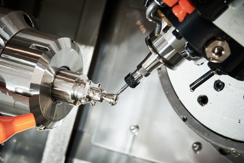 Proceso metalúrgico industrial del corte por la fresa del CNC fotografía de archivo