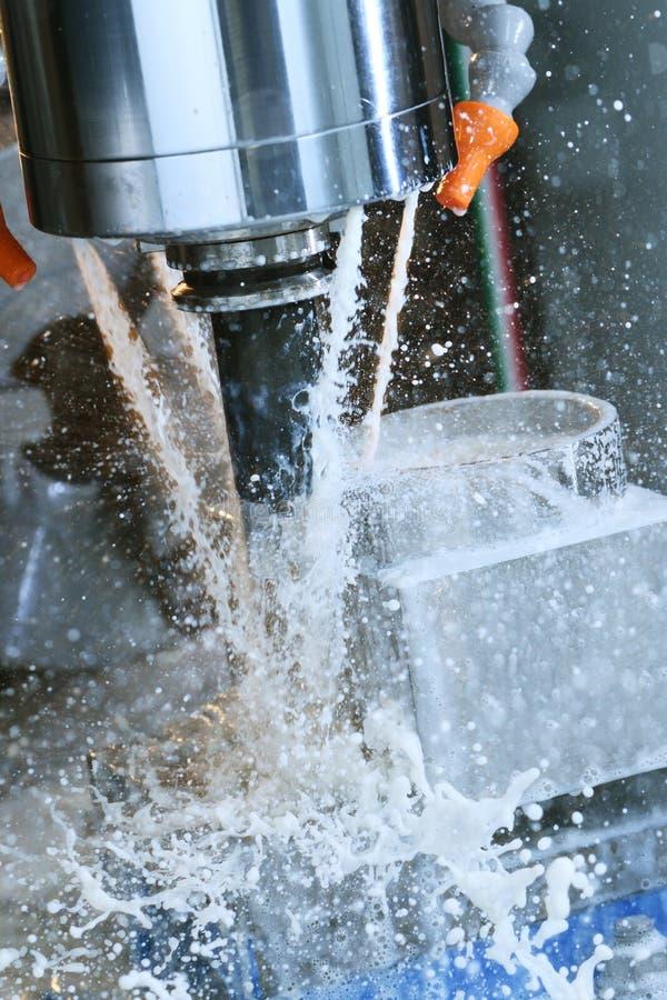 Proceso metalúrgico que muele Metal industrial del CNC que trabaja a máquina por el molino vertical imágenes de archivo libres de regalías