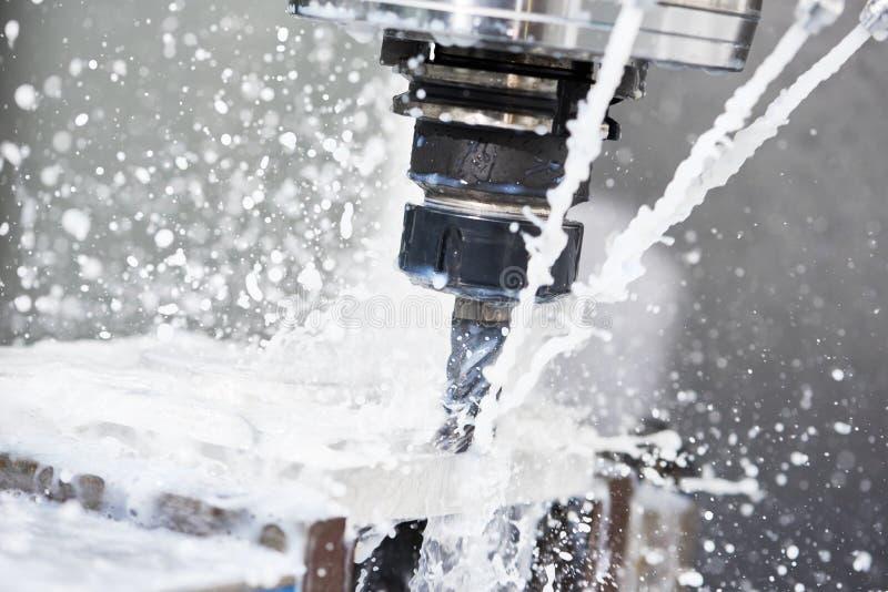 Proceso metalúrgico que muele Metal industrial del CNC que trabaja a máquina por el molino vertical imagen de archivo libre de regalías