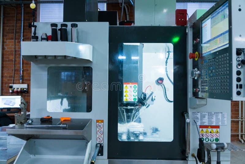 Proceso metalúrgico que muele Metal industrial del CNC que trabaja a máquina por el molino vertical fotos de archivo