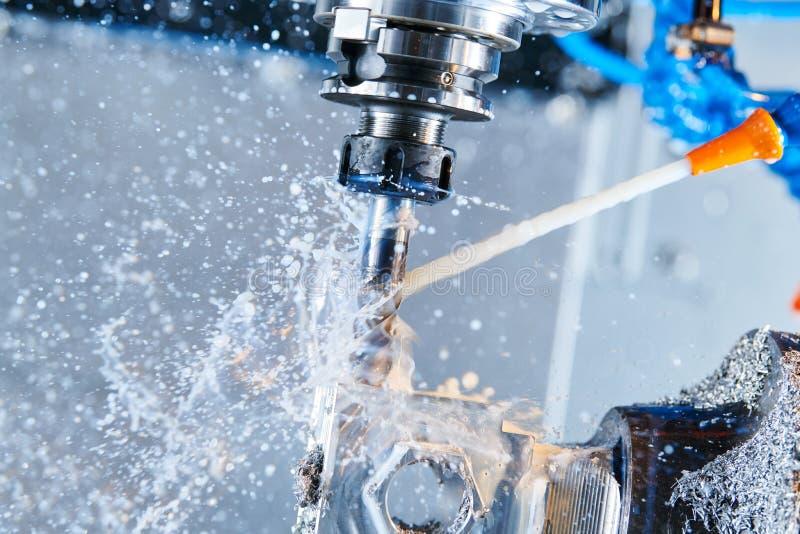 Proceso metalúrgico que muele Metal industrial del CNC que trabaja a máquina por el molino vertical Líquido refrigerador y lubric imagen de archivo